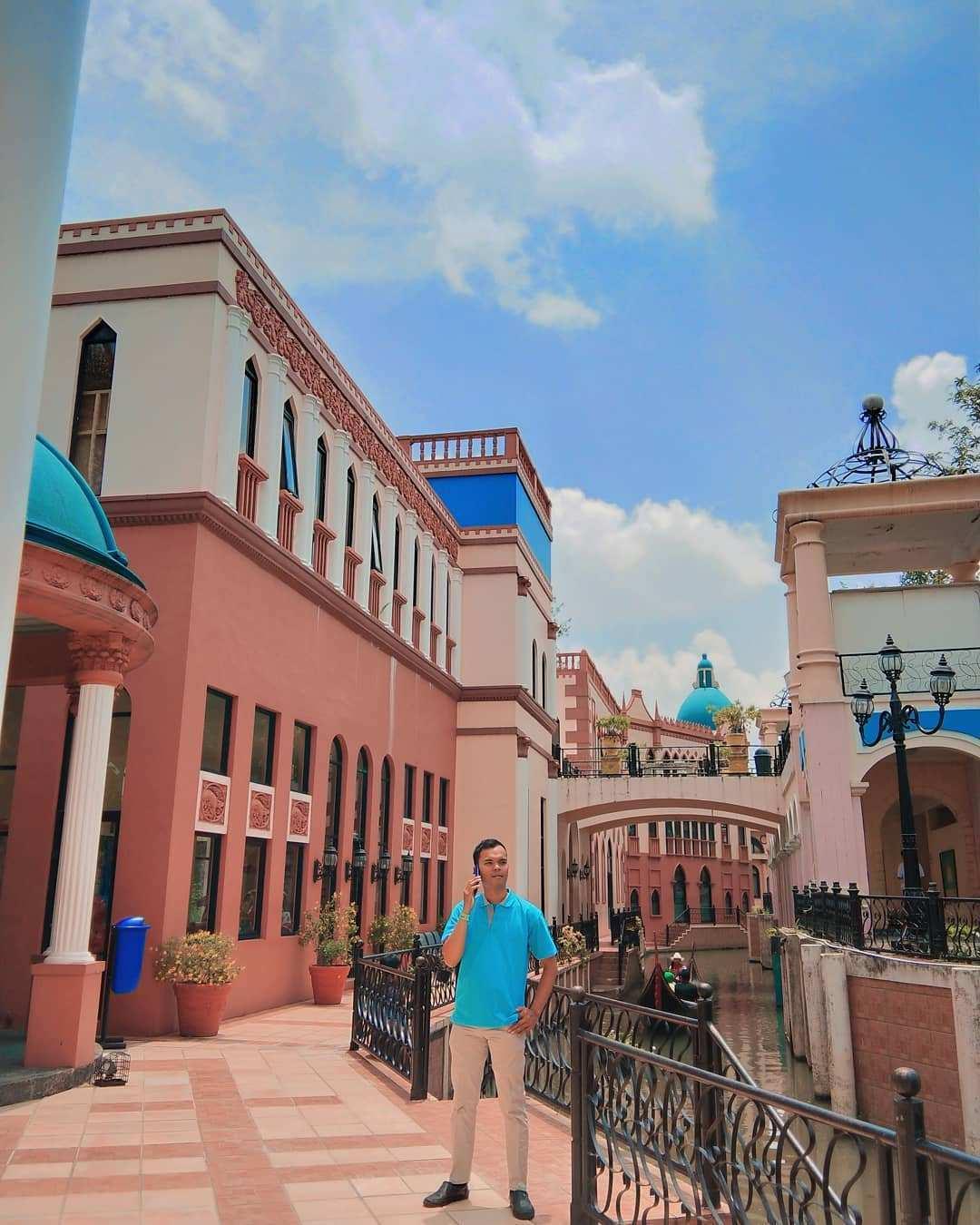 Berfoto dengan Background Bangunan di Little Vanice Kota BUnga Cianjur Image From @anggaaditya4017