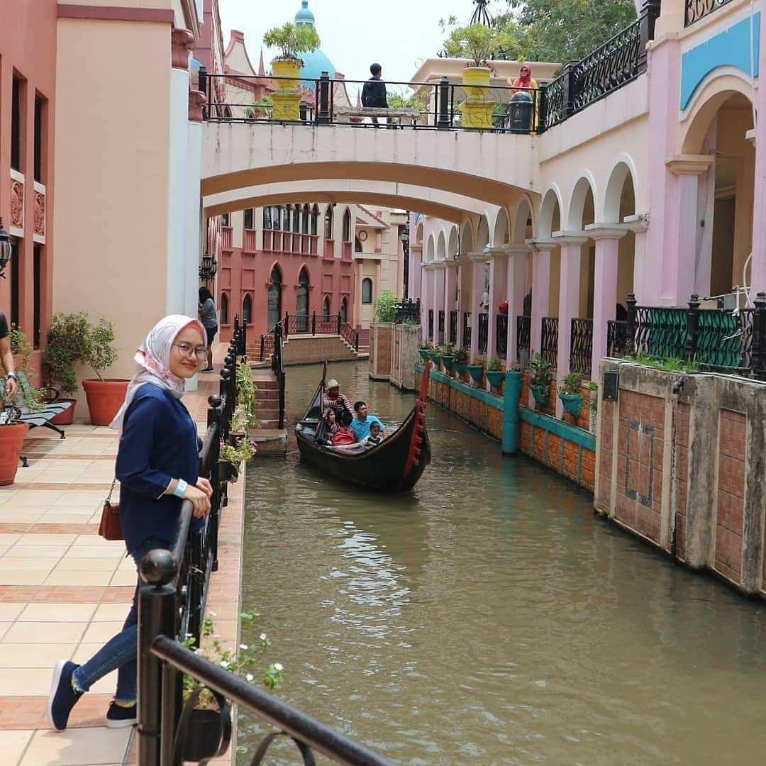 Berfoto di Pinggir Sungai yang ada di Little Venice Kota Bunga Cianjur Image From @sintyatineu