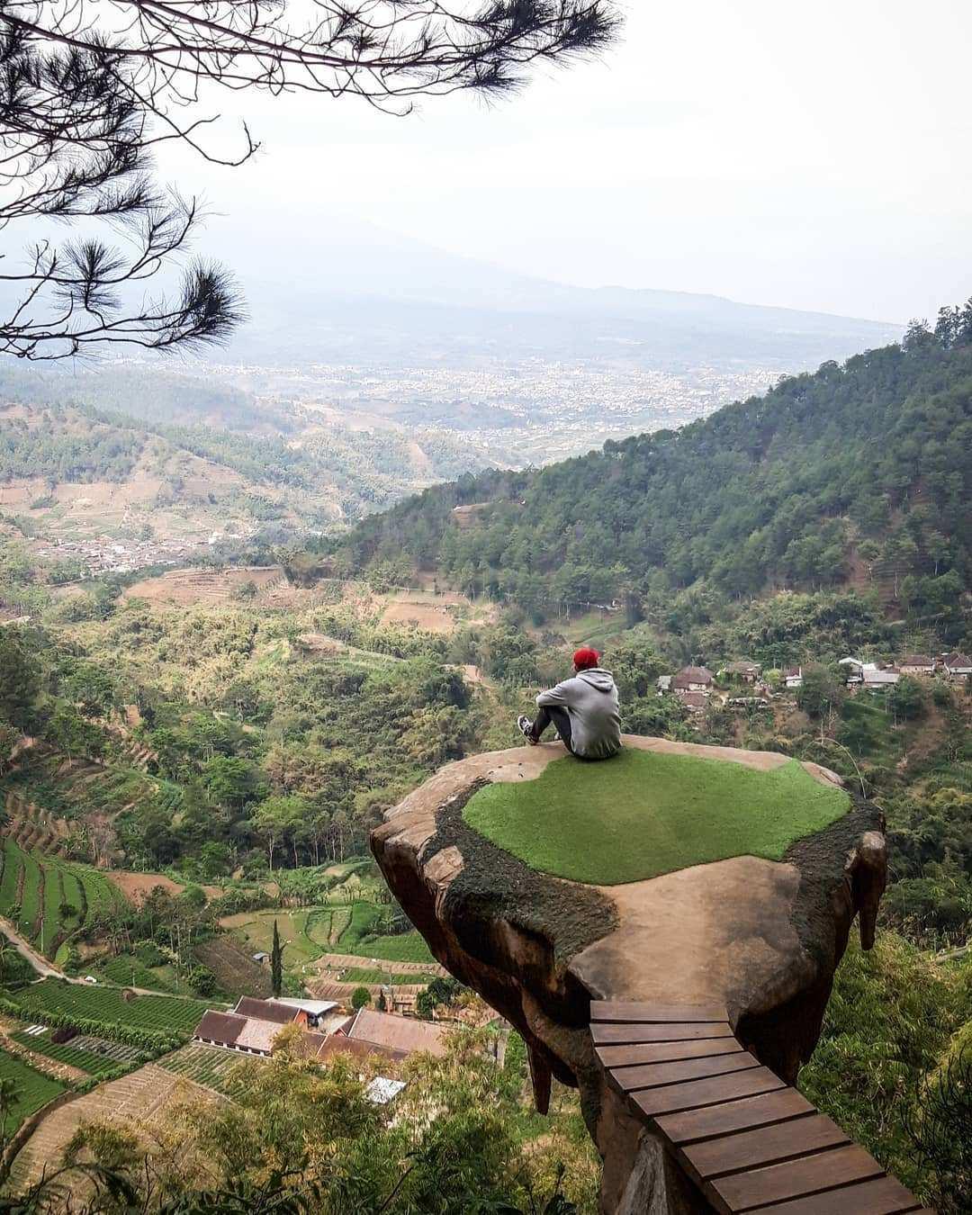Gardu Pandang di Goa Pinus Malang Dengan Pemandangan Yang Menakjubkan, Images From @bagusprayogaa27