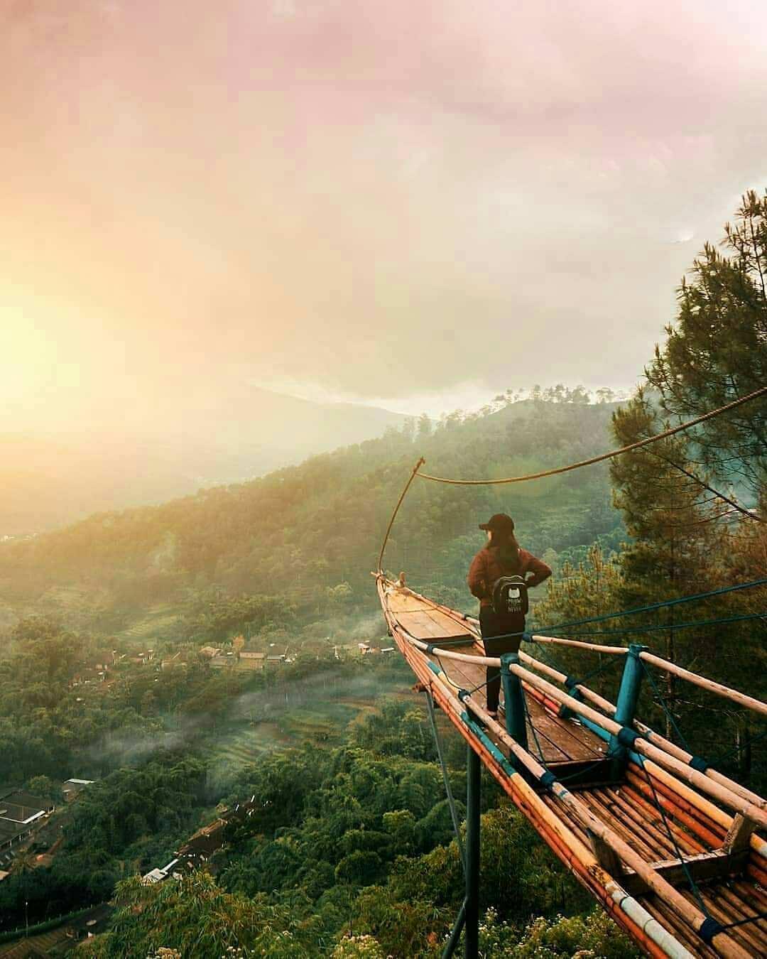 Gardu Pandangan dengan Spot Foto Berupa Perahu Yang Ada di Goa Pinus Pujon Batu, Malang, Image From @sigitdim