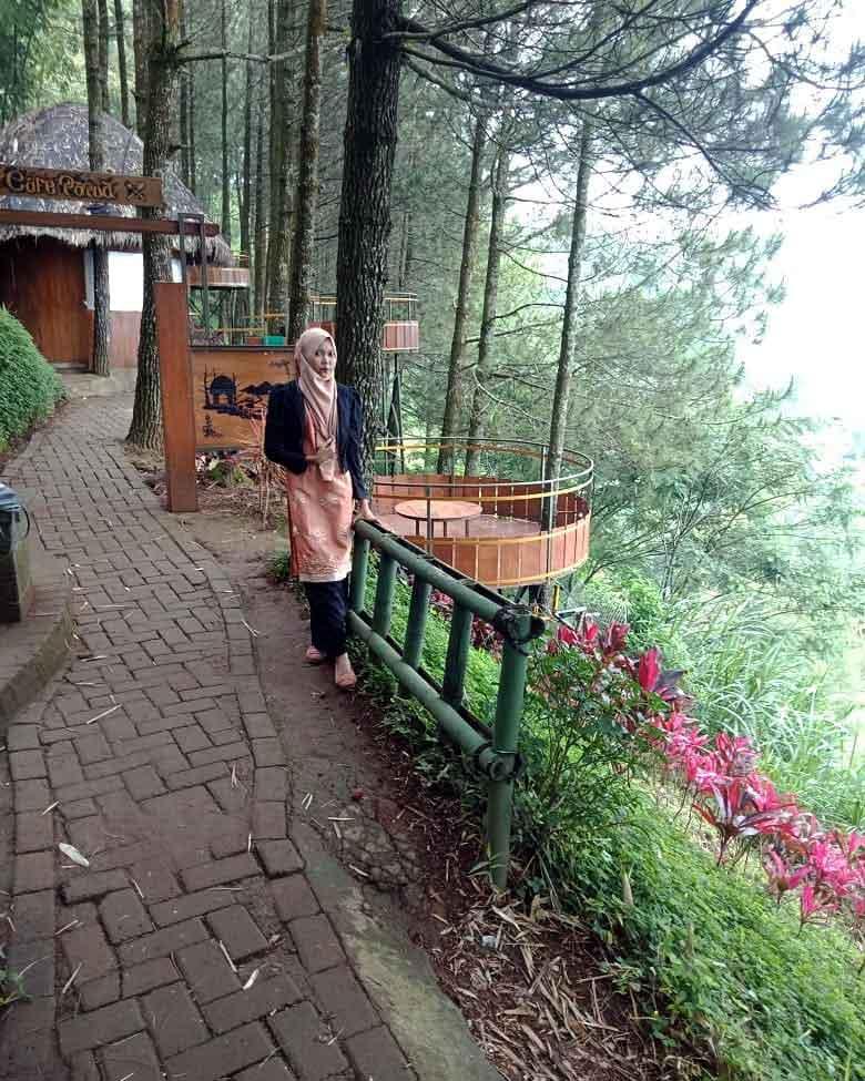 Jalanan Setapak Beserta Tempat-Tempat Duduk untuk melihat Pemandangan di Goa Pinus Pujon, Batu, Malang, Image From @puspa.permatakhan