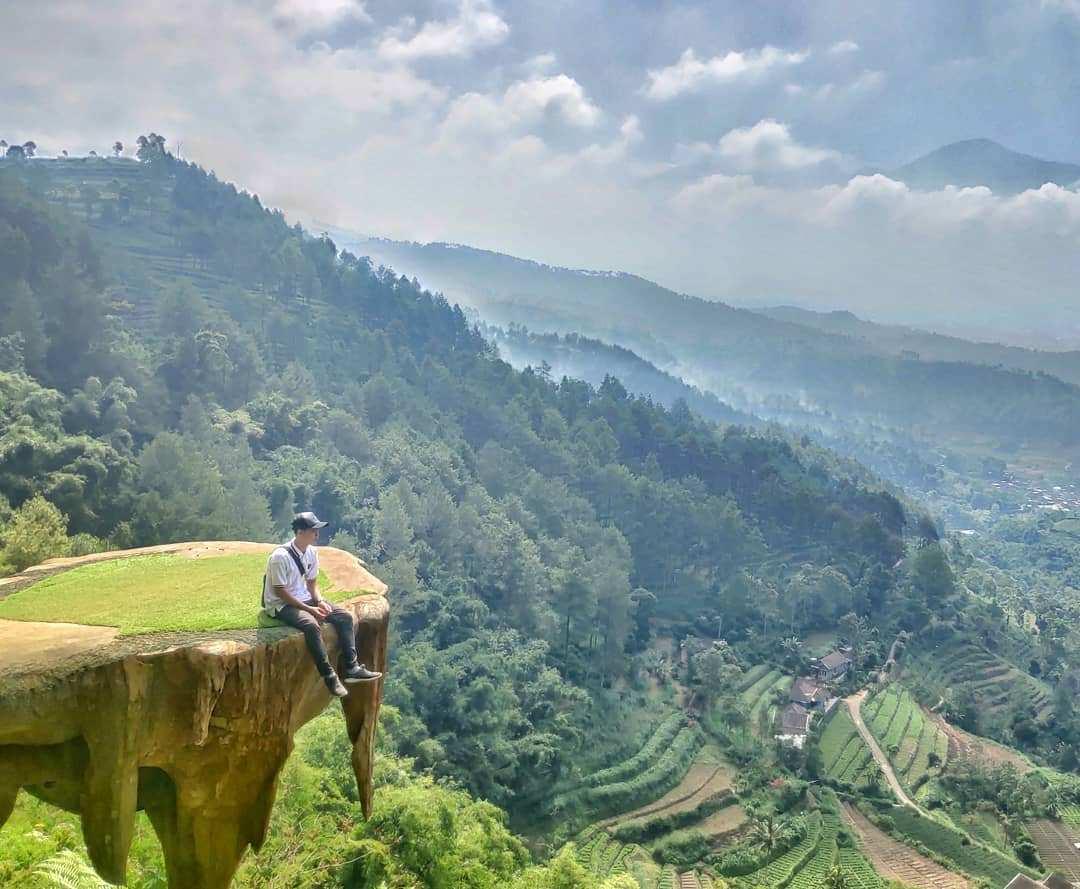 Melihat Pemandangan Dari Goa Pinus Pujon Batu, Malang, Image From @goes_buagoes