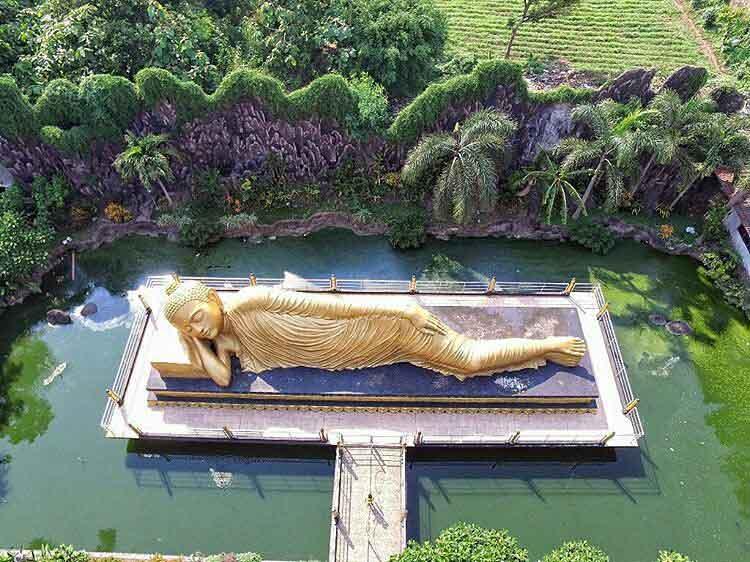 Patung Budha Tidur Ditengah Kolam Yang Ada di Mojokerto, Image From @jazabd