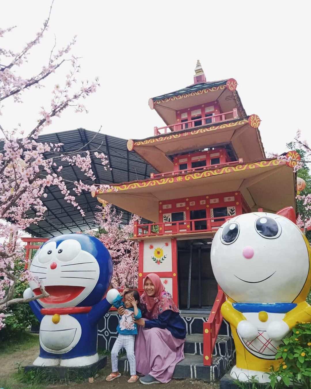 Berfoto Bersama Patung Doraemon di Istana Sakura Blitar, Image From @syifa_izzati