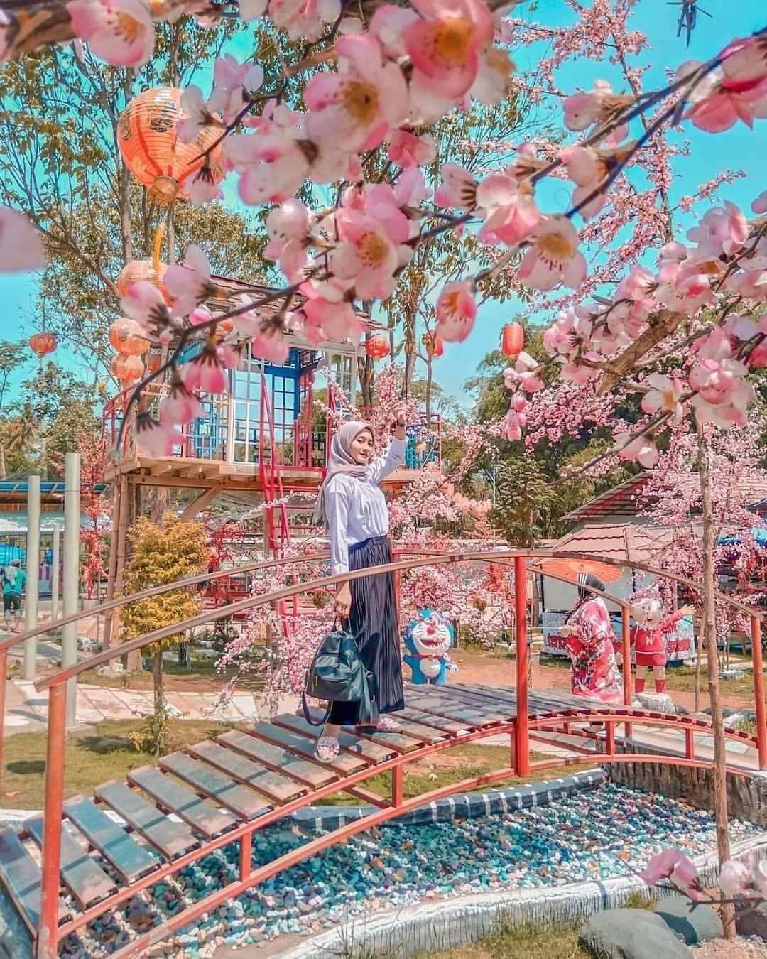 Berfoto Dengan Banyaknya Bunga di Istana Sakura Image From @_miraridyaseptya