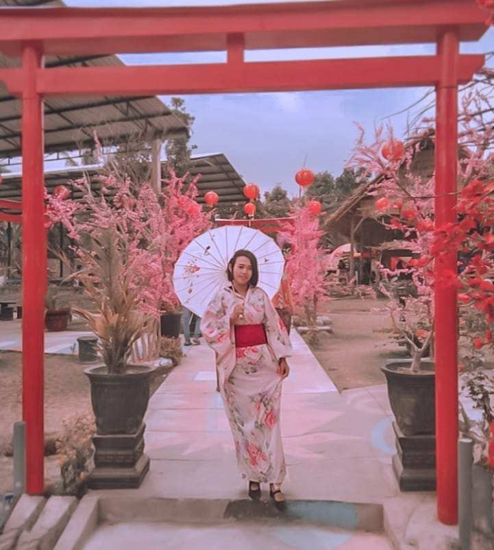 Berfoto di Spot Torii Istana Sakura Image From @neng_enciz