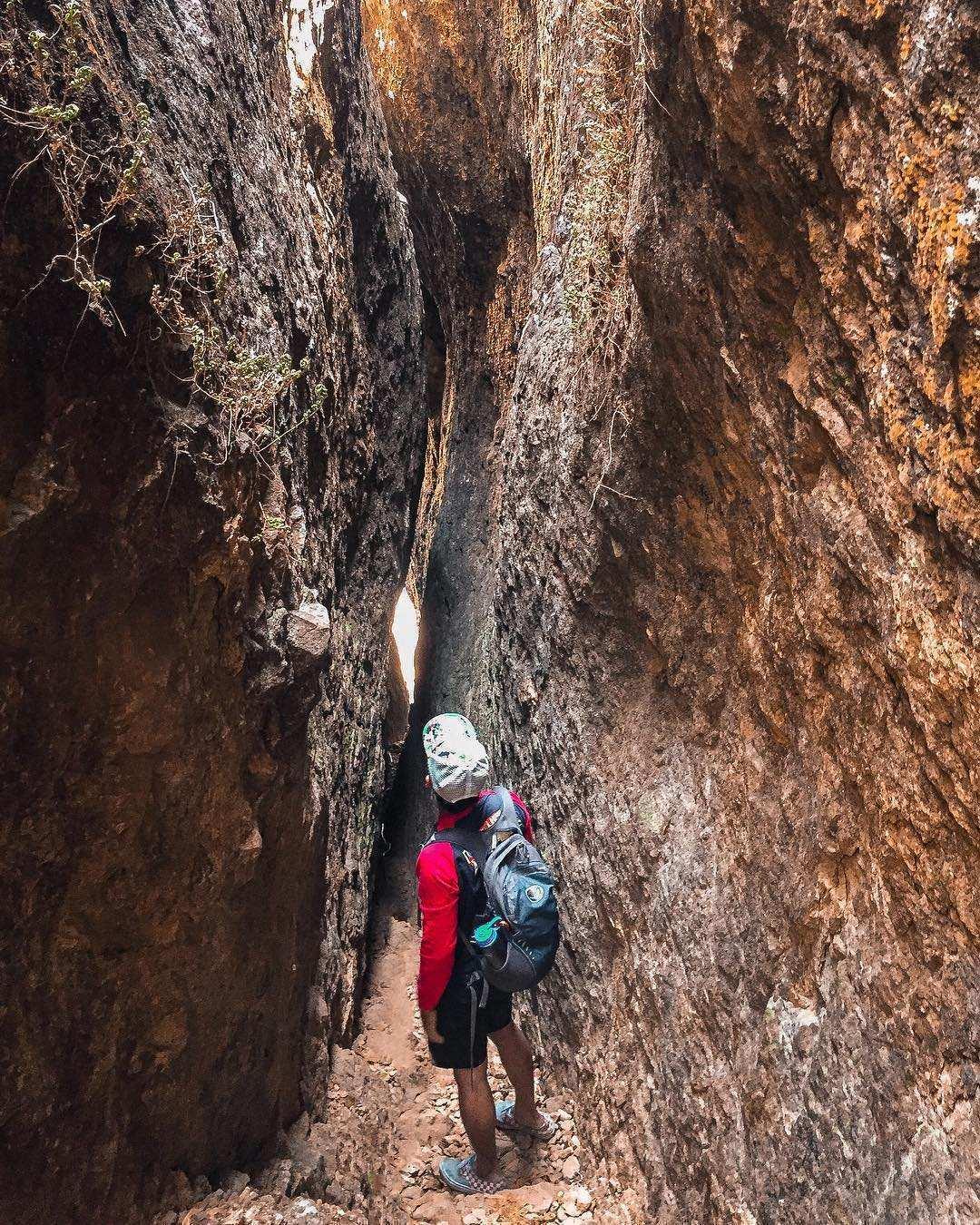 Jalur Pendakian Yang Sempit di Celah Tebing Gunung Api Purba, Image From @crystalvalensia