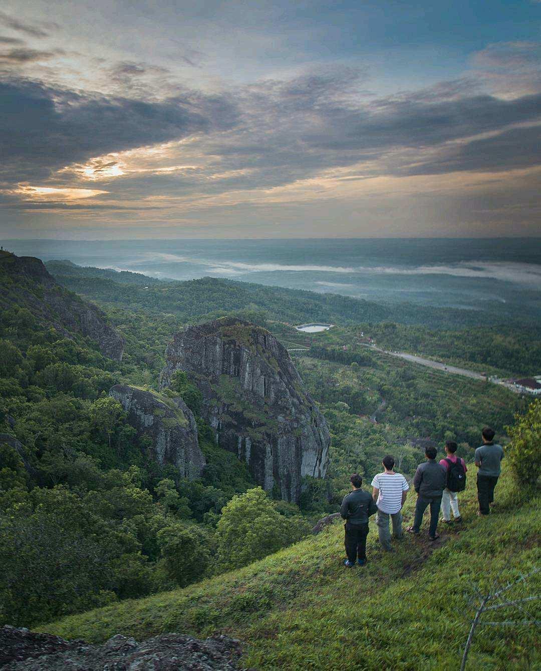 Menikmati Pemandangan Dari Atas Gunung Api Purba, Image From @roh_kyt