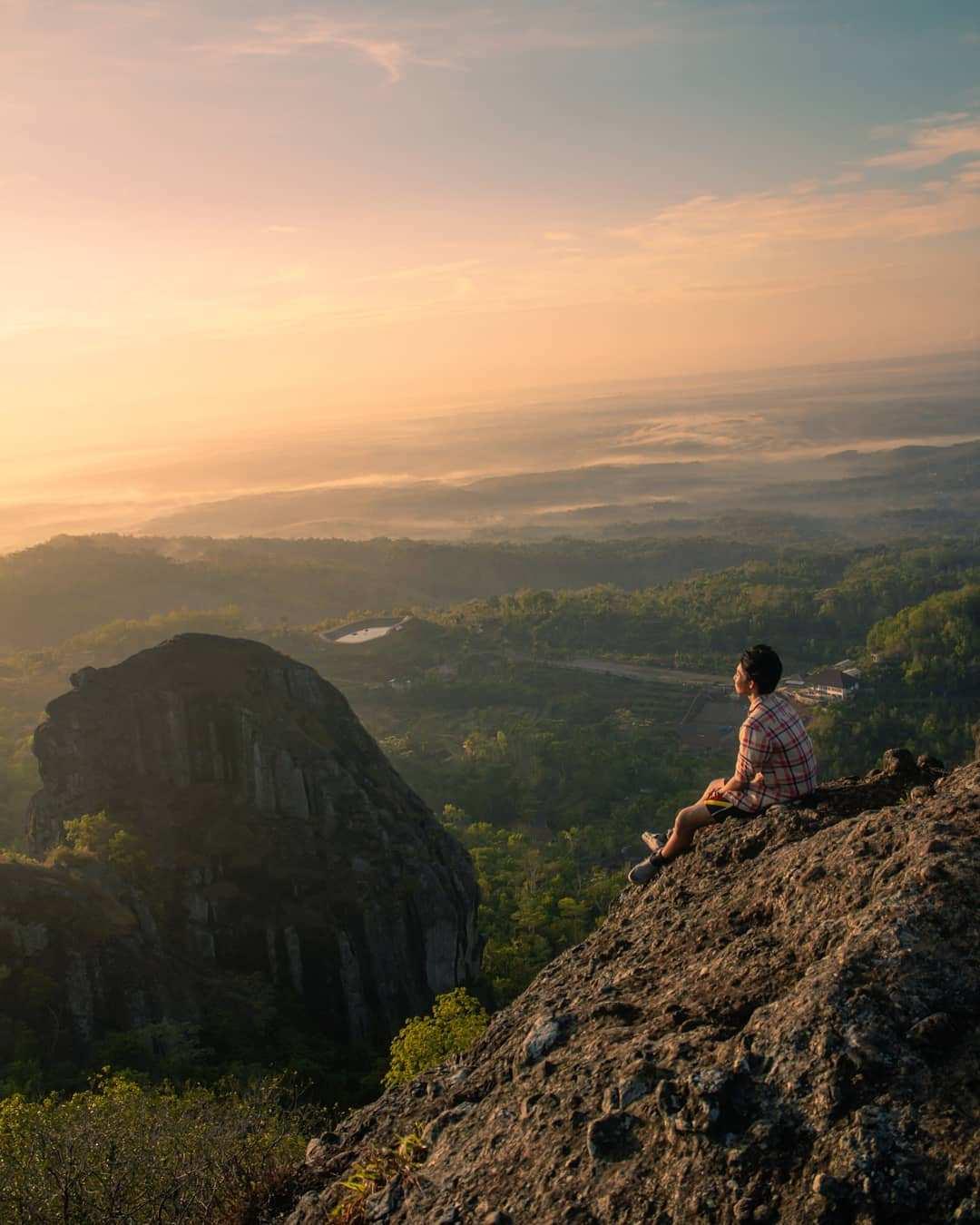 Menikmati Sunrise di Puncak Gunung Api Purba Ngelangran, Image From @antwcksn