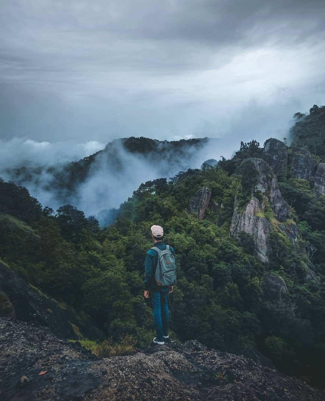 Menikmati pemandangan dan Kabut Awan di Gunung Api Purba, Image From @rafirss