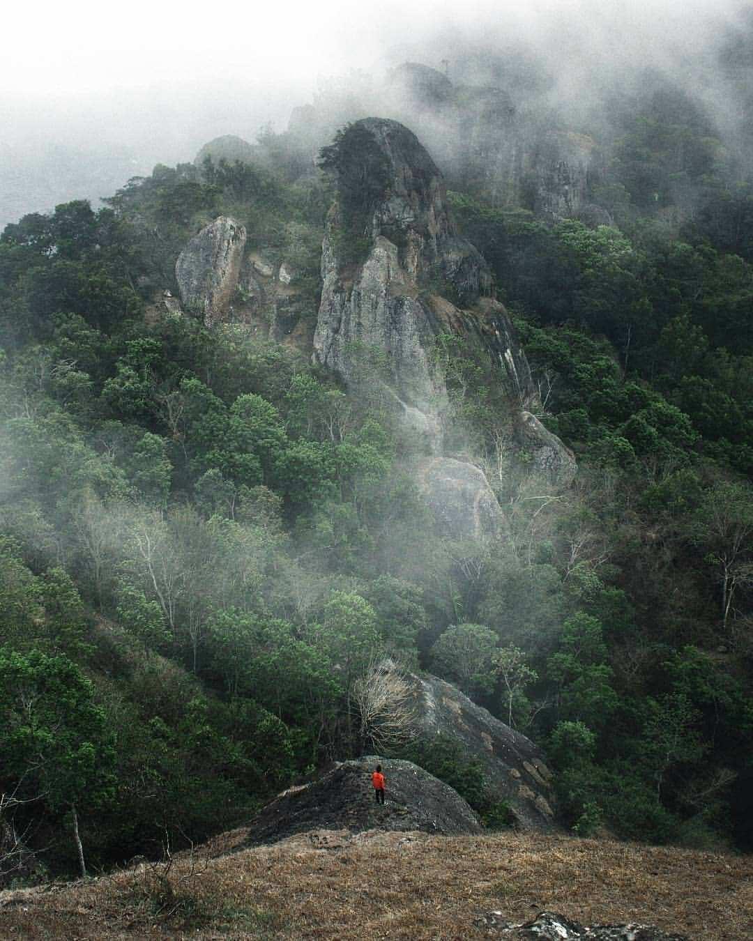 Pemandangan Beserta Awan di Gunung Api Purba Ngelanggeran, Image From @joeadimara_