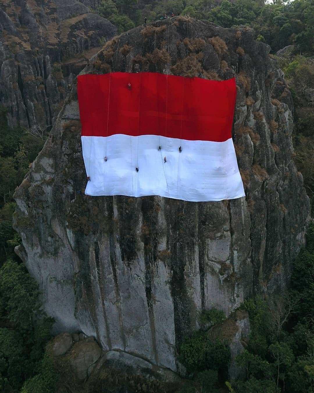 Pengibaran Bendera indonesia di Gunung Api Purba Ngelanggeran, Image From @gandung_mh