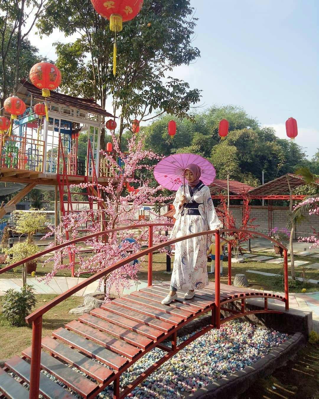 Spot Foto Jembatan Yang Ada di Istana Sakura Blitar Image From @derebil