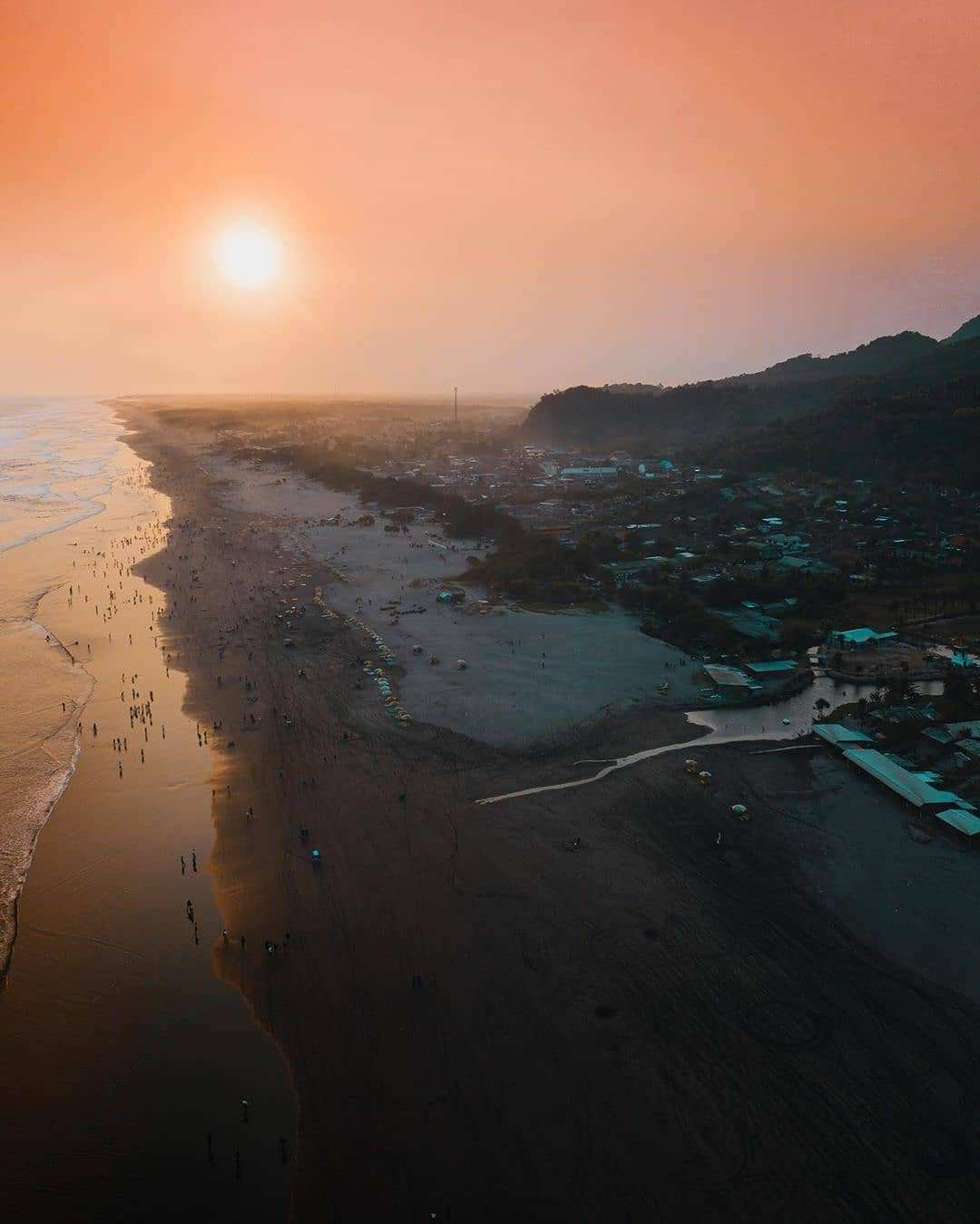 Sunset di Pantai parangtritis, Image From @caionugroz