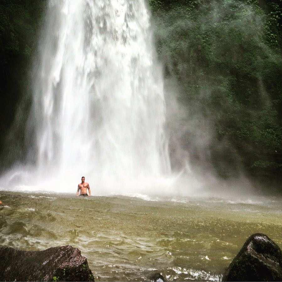 Berenang di Air Terjun Nungnung Image From @jordanlamb88