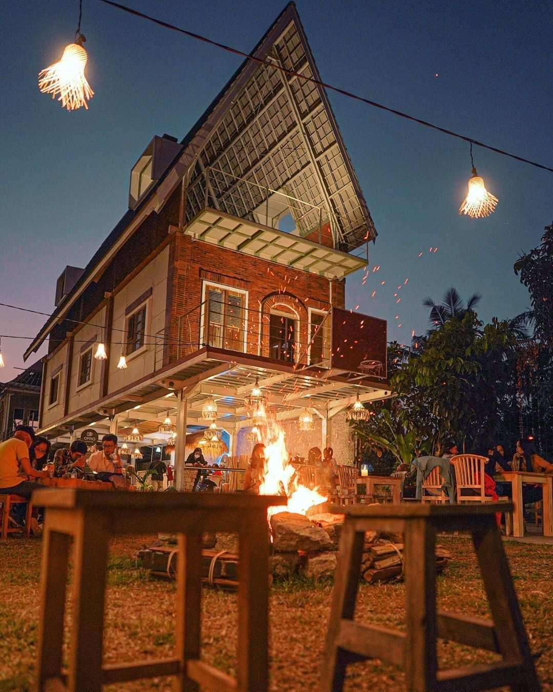 Api Unggun dan Bangunan Artistic di Oppio Coffee, Image From @oppio.coffee.milk