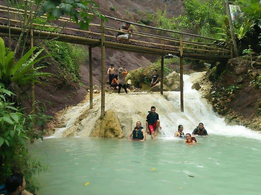 Berenang di Wisata Air Terjun Kembang Soka Jogja, Image From @sanglinggawibowo