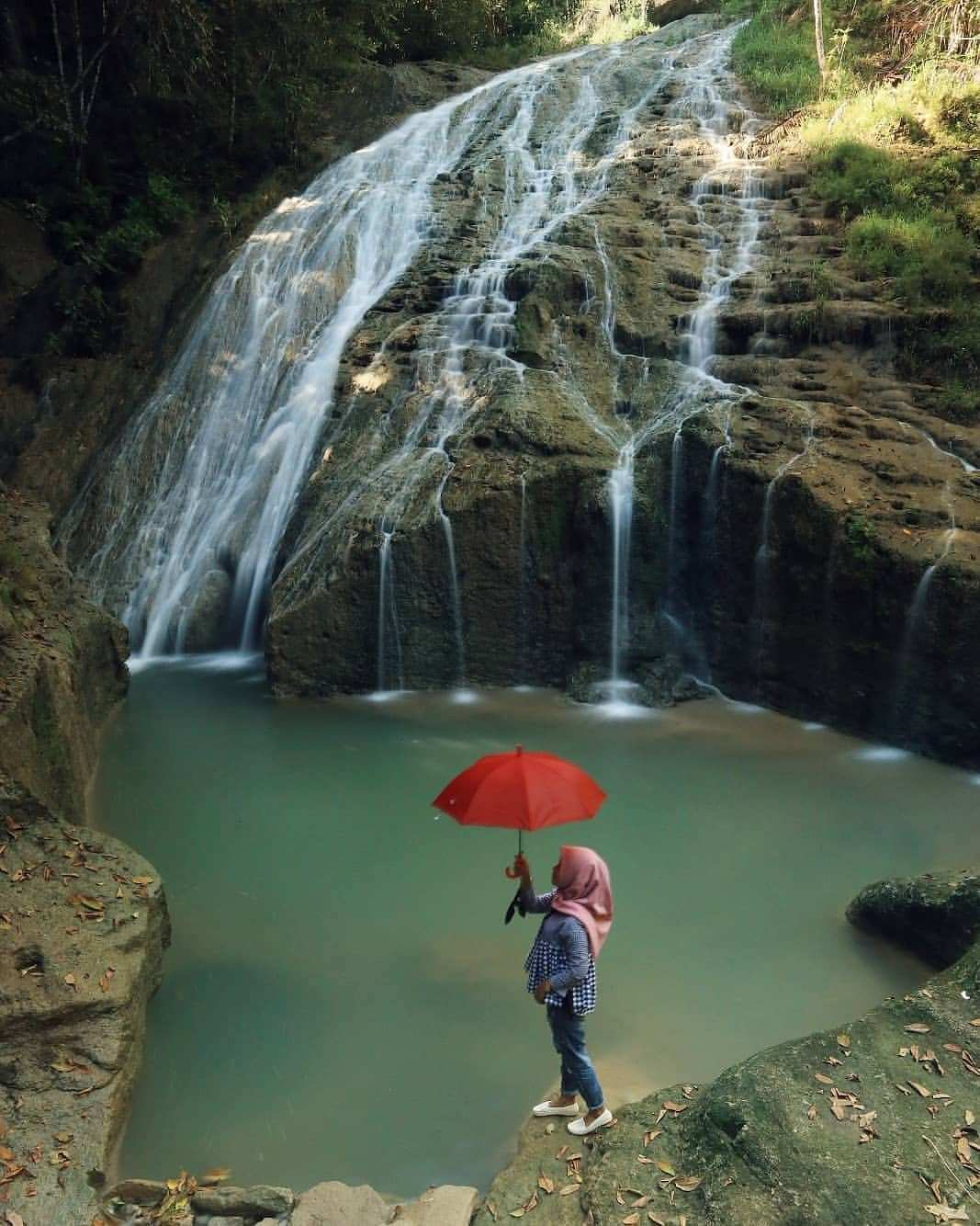 Berfoto di Bawah Air Terjun Banyunibo Kabrokan Jogja Image From @yosafatyk