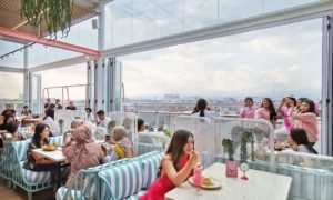 Suasana Pengunjung di Level Six Cafe, Image From @wikolinium