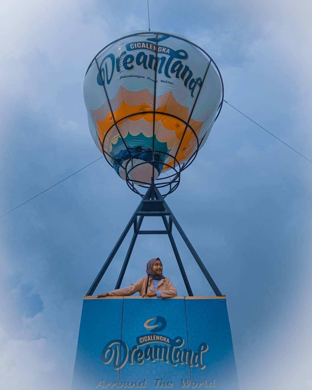 Berfoto di Balon Gas Yang ada di Cicalengka Dreamland, Image From @ngyeniii_072