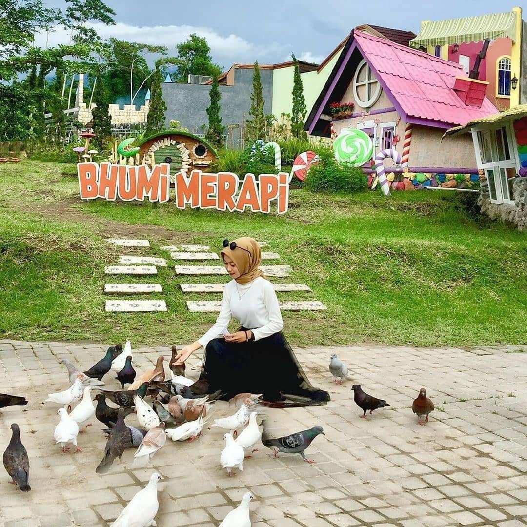 Memberi Makan Burung Di Bhumi Merapi, Image From @jogjainpo