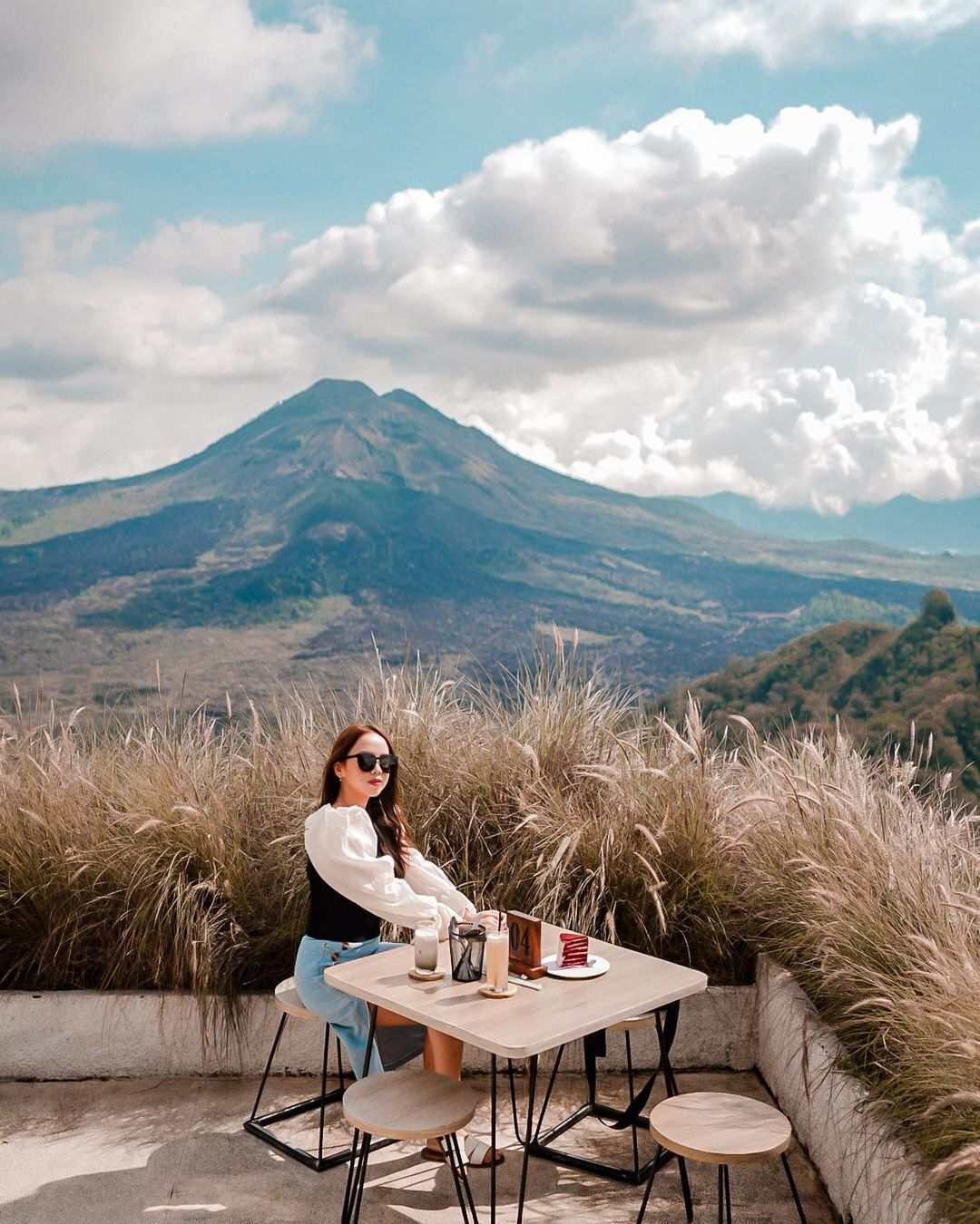Berfoto Dengan Background Gunung di Montana Del Cafe, Image From @intanangsa