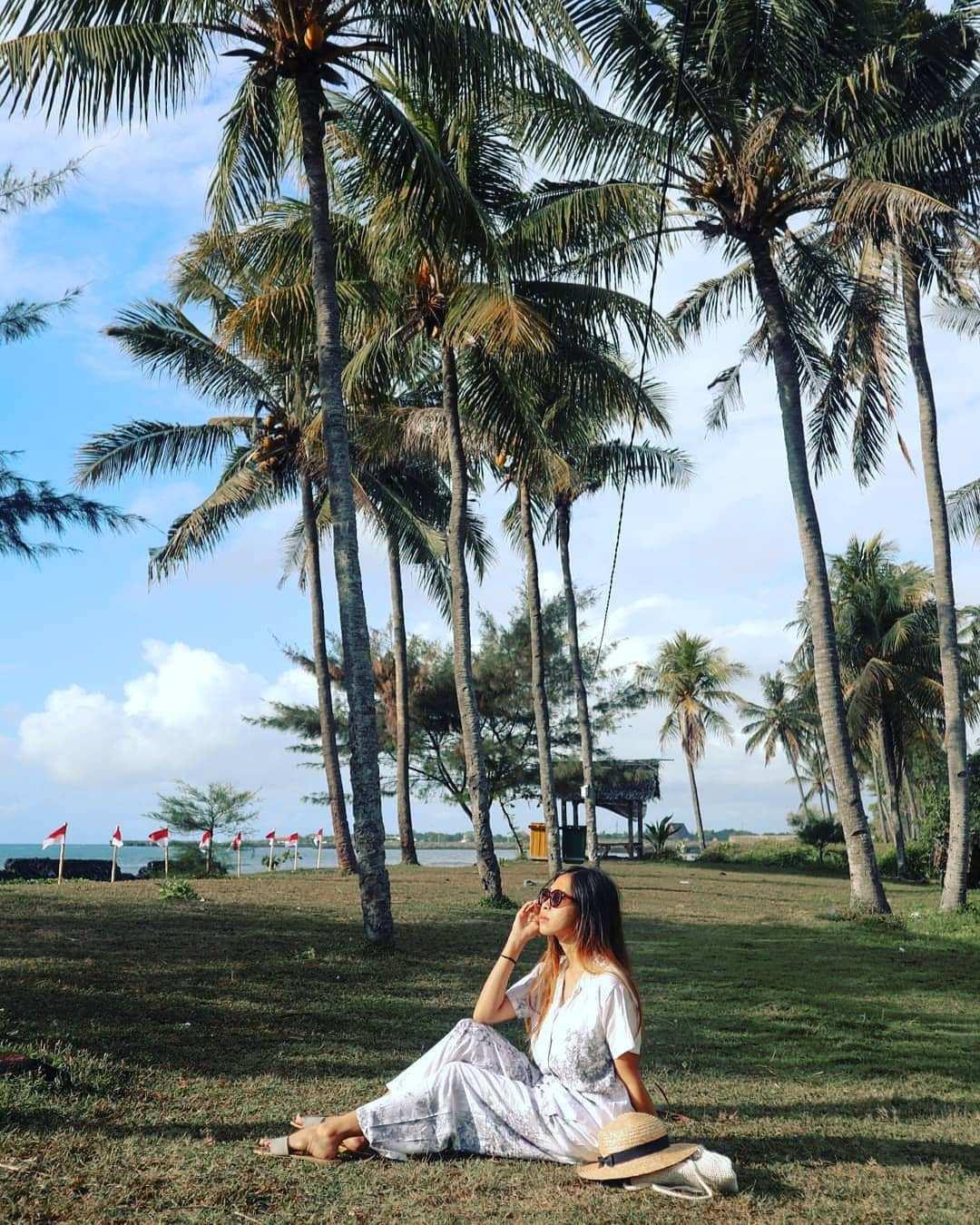 Berfoto Dengan Background Pohon kelapa di Pantai Cacalan Image From @yoana_pricielia