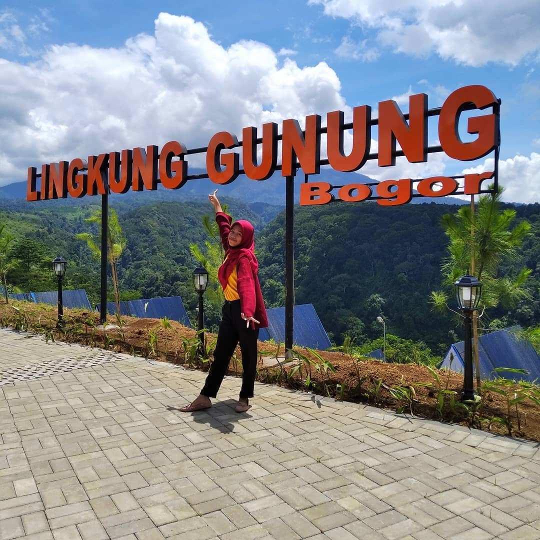 Berfoto di Tulisan Lingkung Gunung Bogor, Image From @riskadramawanti13