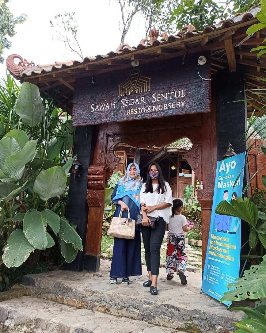 Berfoto di depan Sawah Segar Sentul Resto Bogor Image From @warda.ayu_