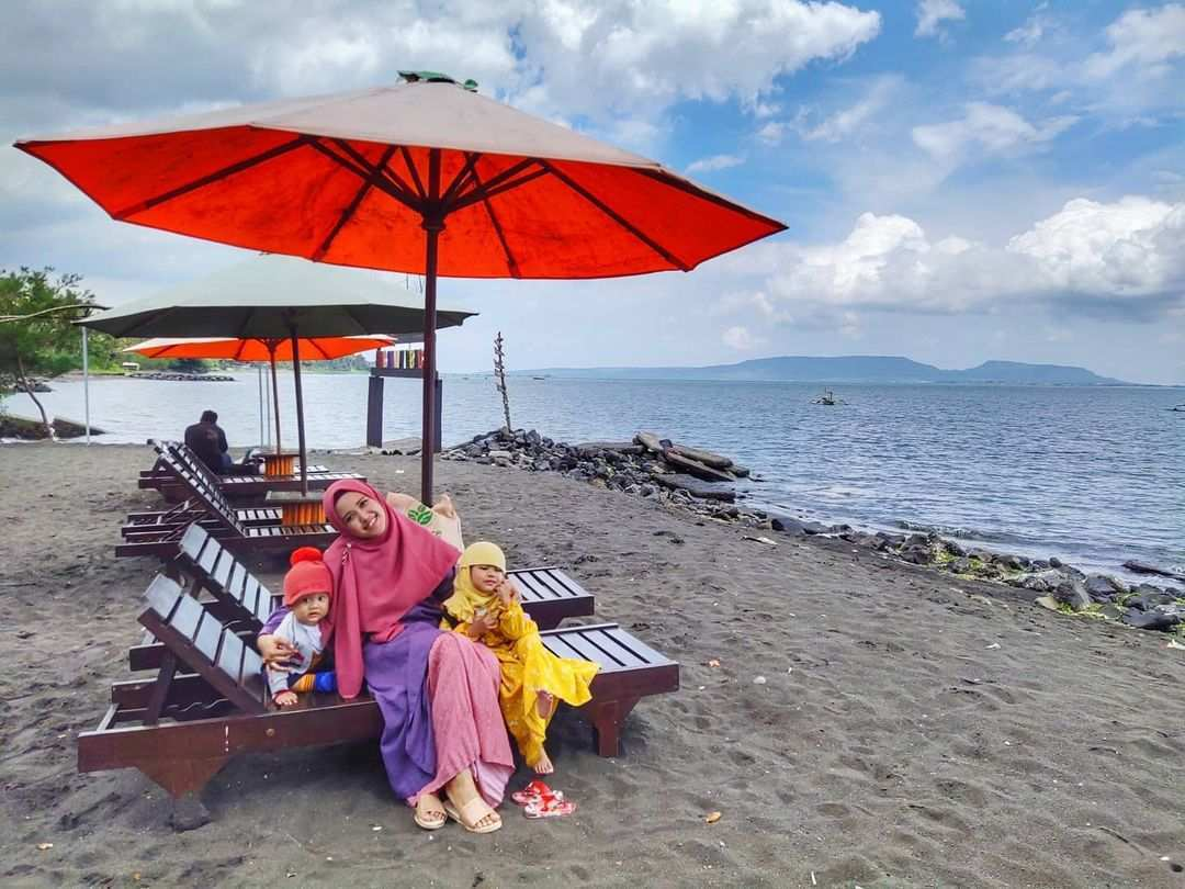 Bersantai di Pantai Cacalan Image From @dianaindahlestari