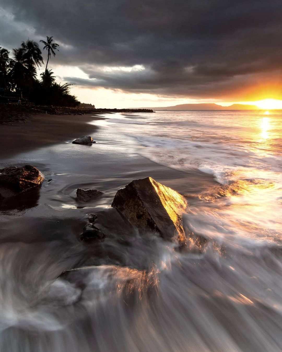 Keindahan Sunset di Pantai Cacalan Image From @hendhyhiemawan
