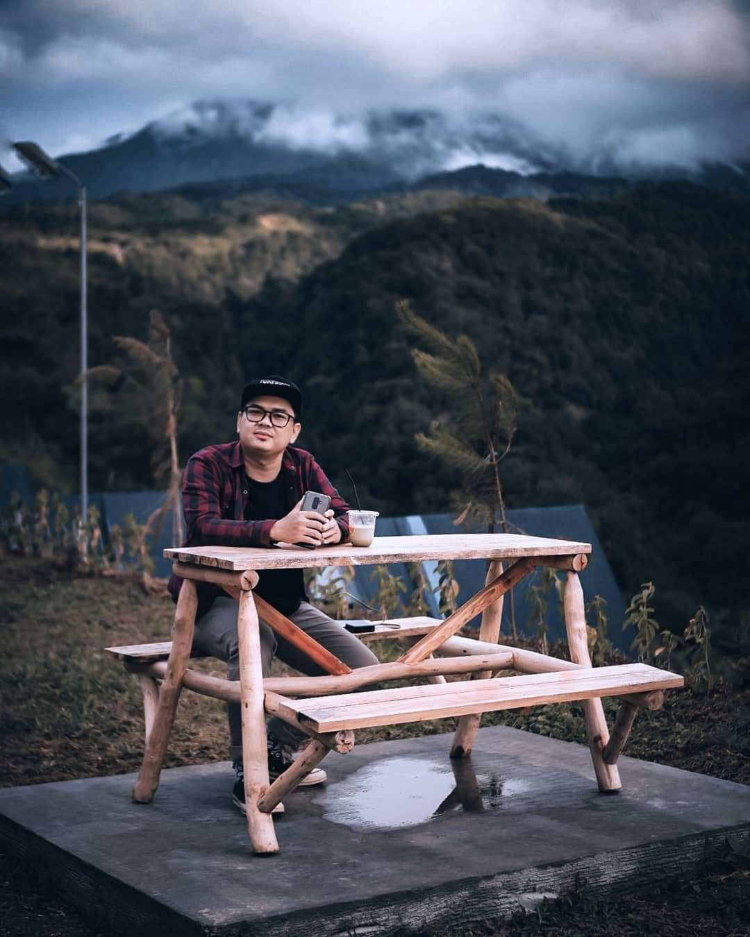 Menikmati Pemandangan Alam Ditemani Secangkir Kopi di Lingkung Gunung, Image From @dennydeandraputra
