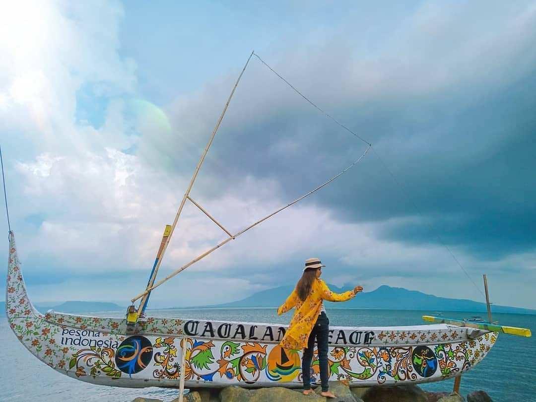 Spot Foto Perahu di Pantai Cacalan Image From @arumdwi_indahsari