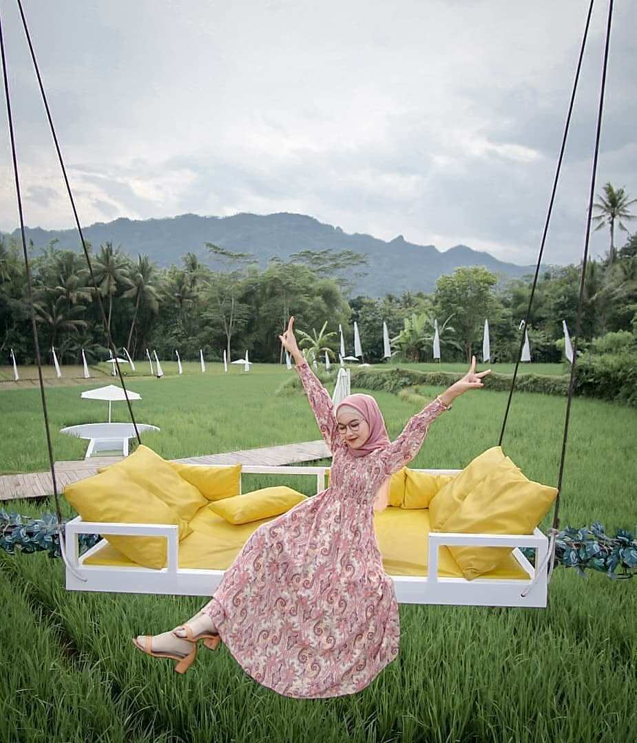 Ayunan Sofa di Svargabumi Borobudur Magelang, Image From @risyeinsia