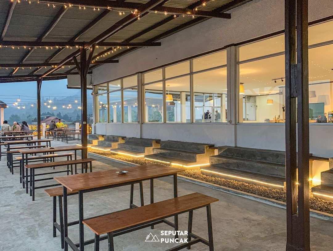 Bagian Outdoor Ramatama Cafe Yang Memiliki Atap Image From @seputarpuncak