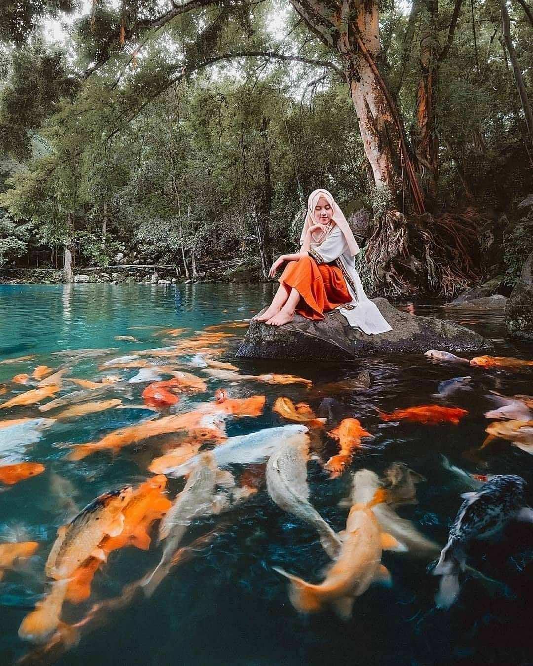 Berfoto Dengan Ikan di Telaga Biru Cicerem Kuningan Image From @egimoto_