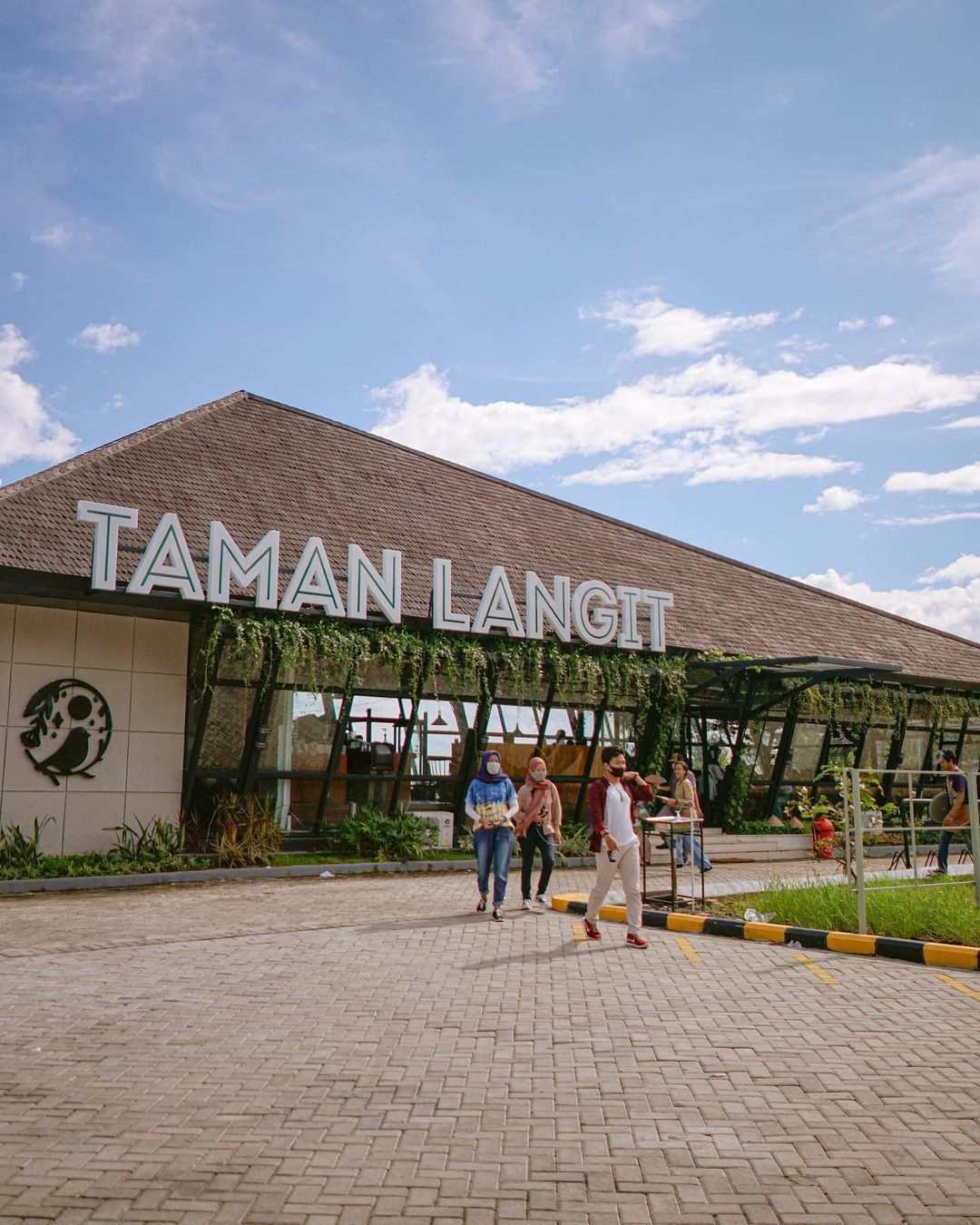 Berfoto di Bagian Depan Taman Langit Cafe Purwokerto Image From @tamanlangitcafe