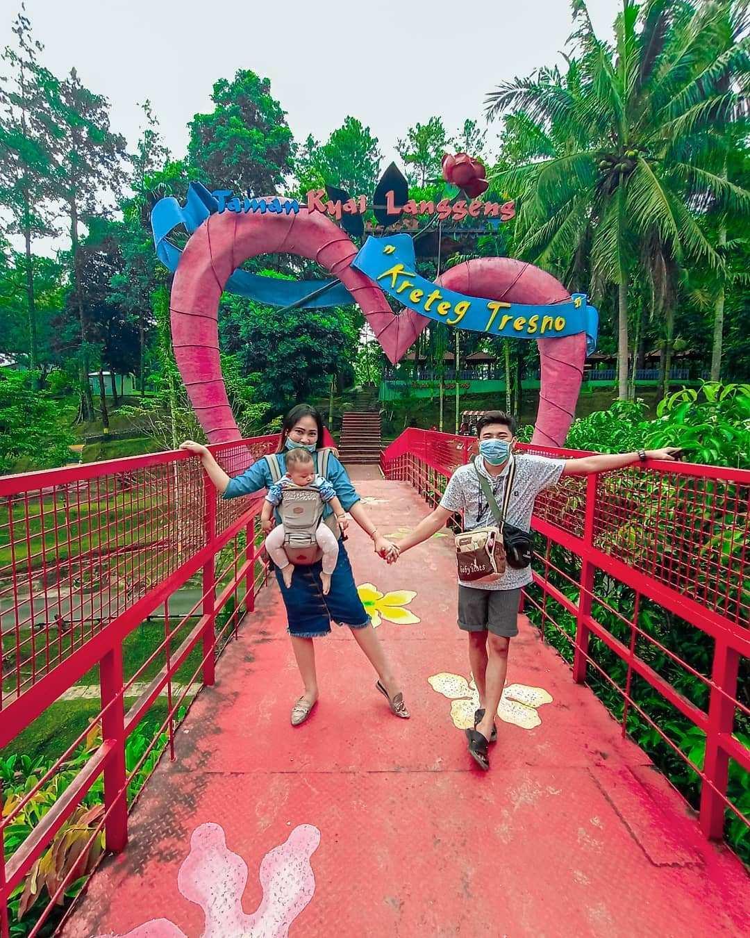 Berfoto di Jembatan Cinta Taman Kyai Langgeng Magelang Image From @qeeinsy