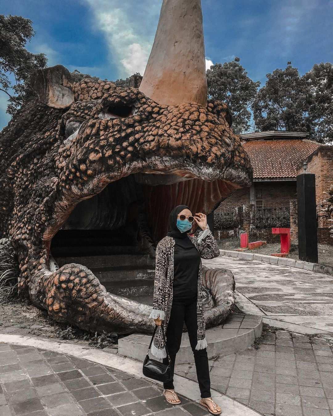 Berfoto di Patung Dinosaurus Taman Kyai Langgeng Magelang Image From @viabg