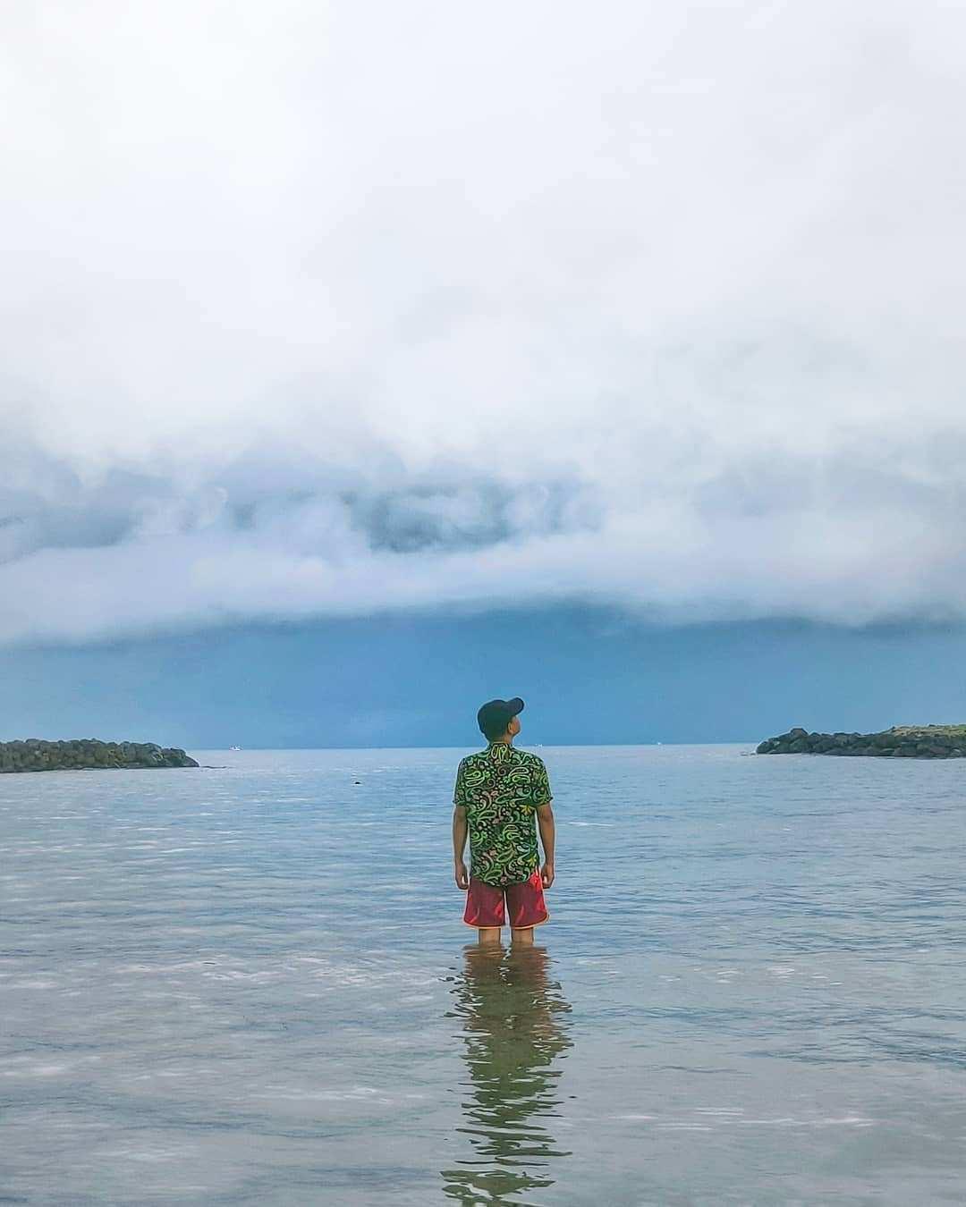 Bermain Air di Pantai Carita Banten, Image From @afadzrin