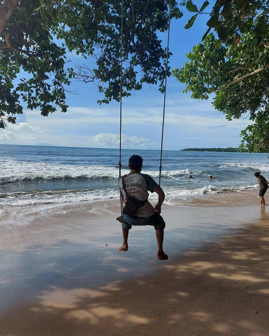 Bermain Ayunan di Pantai Carita Banten Image From @dhatadyafa_2ndstuff