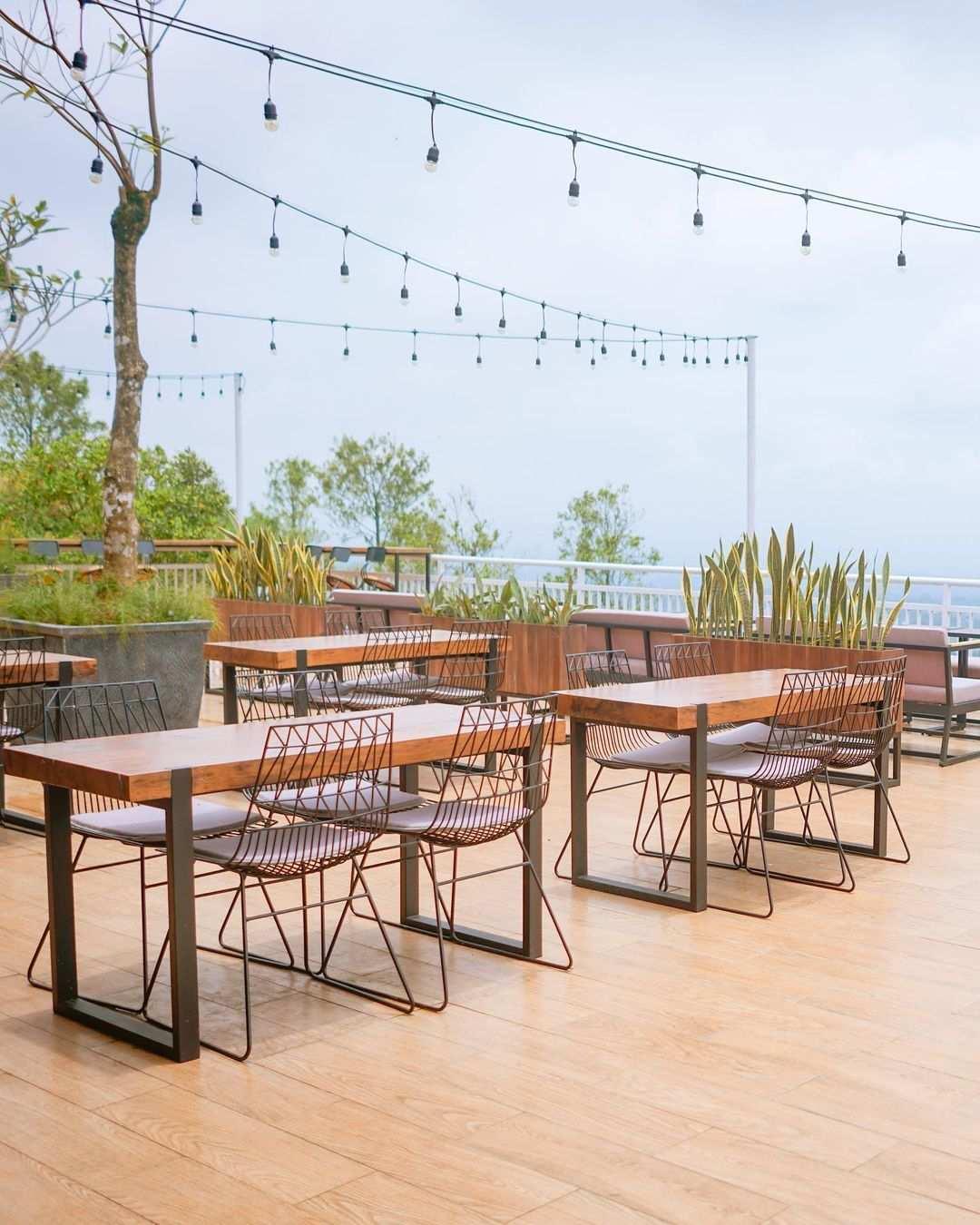 Meja Kursi di Taman Langit Cafe Purwokerto Image From @tamanlangitcafe