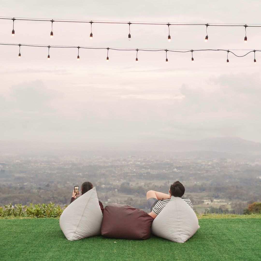 Menikmati Pemandangan di Taman Langit Cafe Purwokerto Image From @tamanlangitcafe