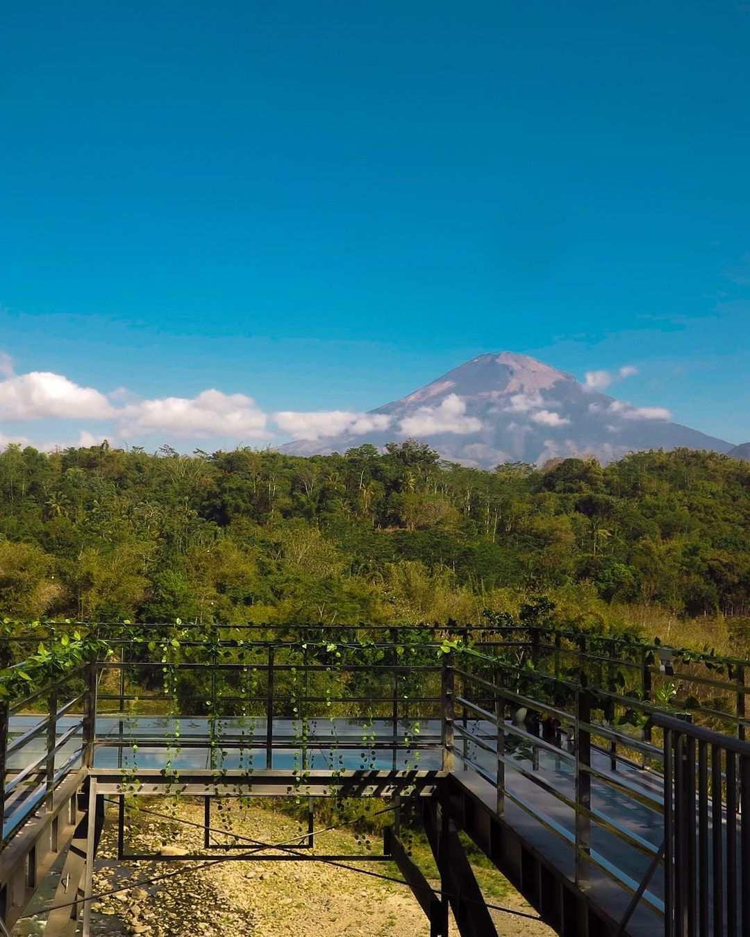 Pemandangan Gunung dari Taman Kyai Langgeng Magelang Image From @gabrielaliuw