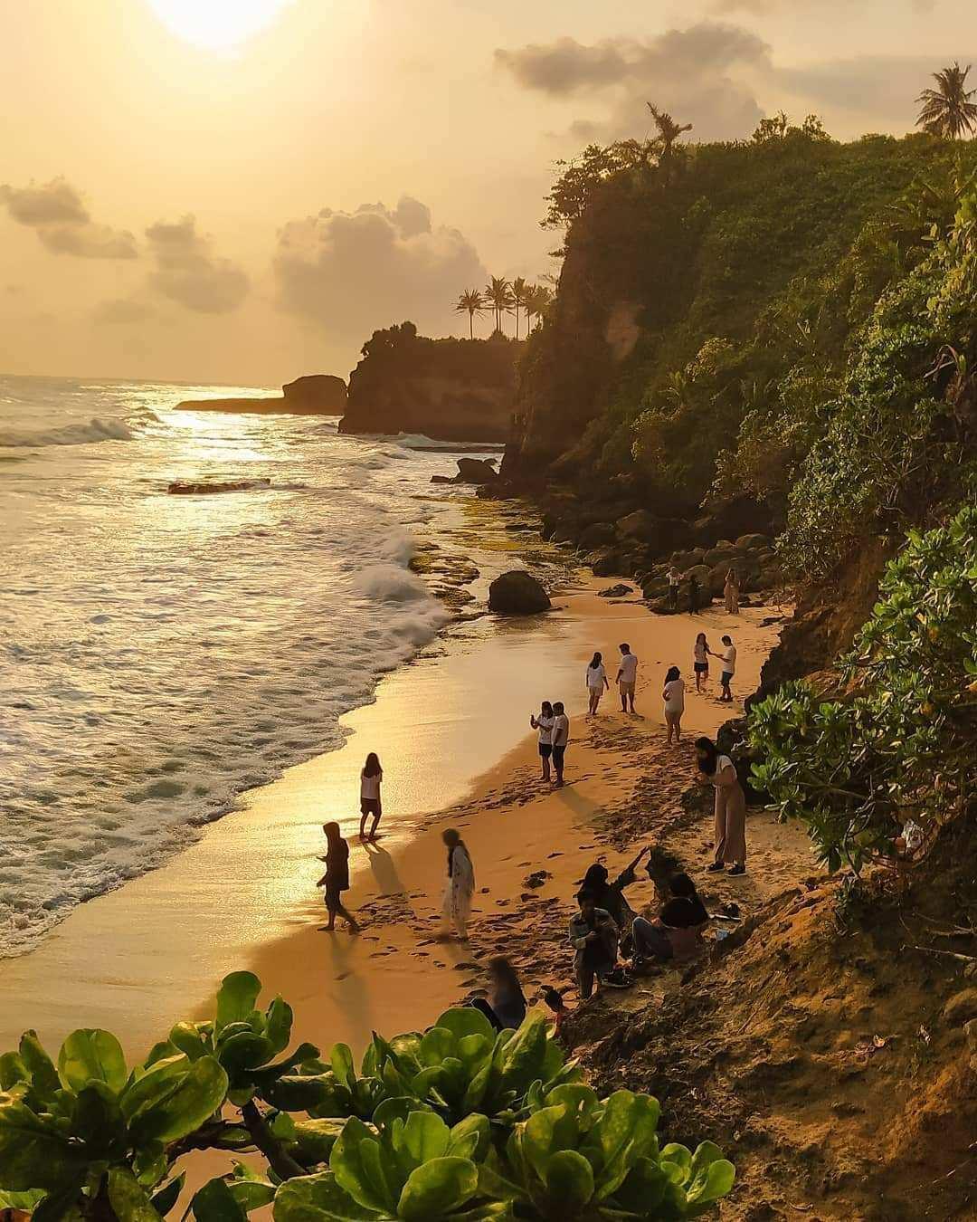 Suasana Pengunjung di Pantai Karang Gantungan Image From @asepbebek