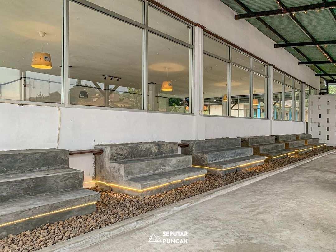 Tempat Duduk dengan Tema Industrial Cafe di Ramatama Cafe Bogor Image From @seputarpuncak