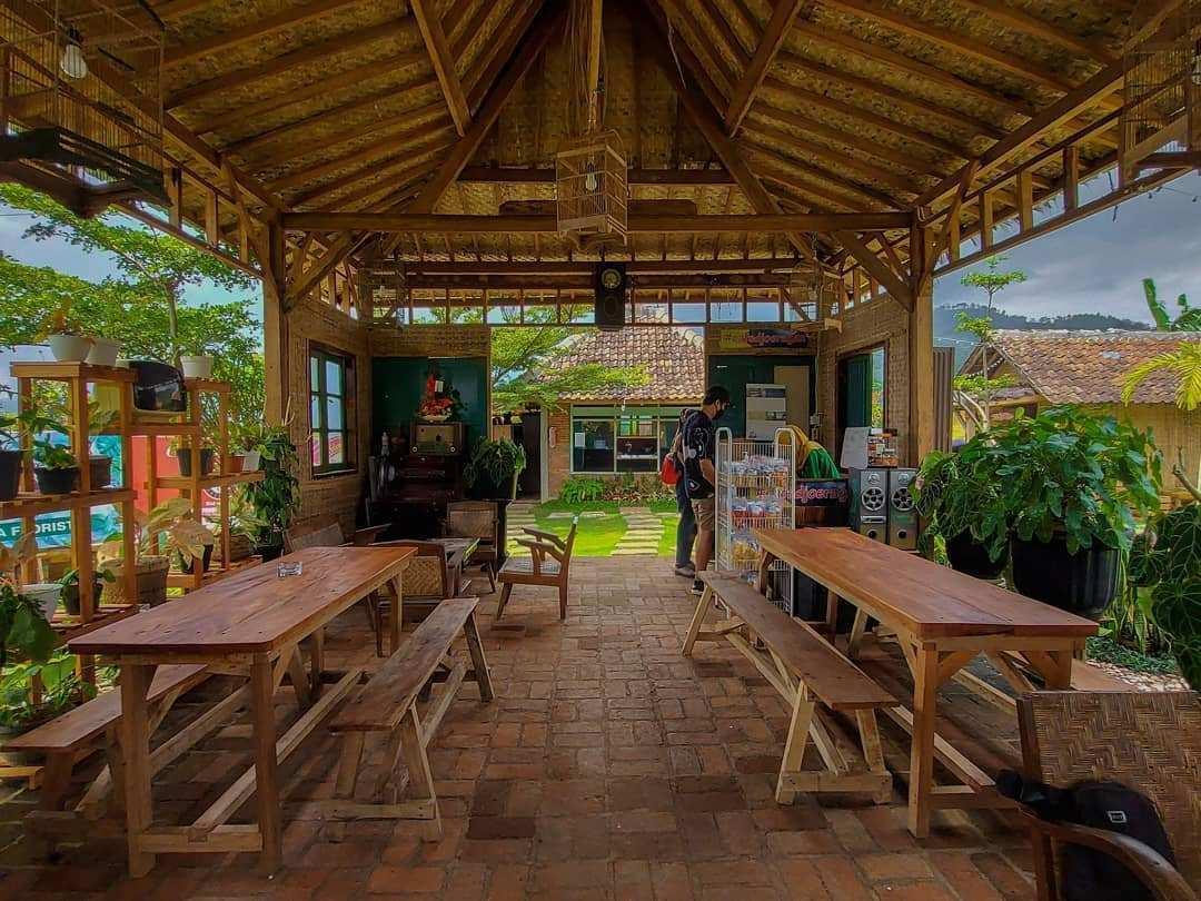 Area Indoor di Cafe Djoeragan Batu Image From @tukang_mangan