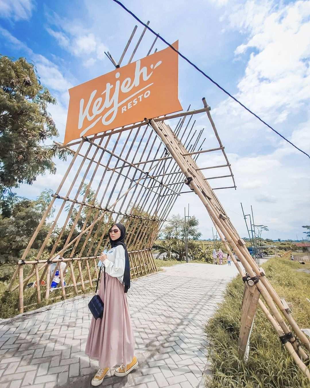 Berfoto di Depan Ketjeh Resto Klaten Image From @its.icha99_