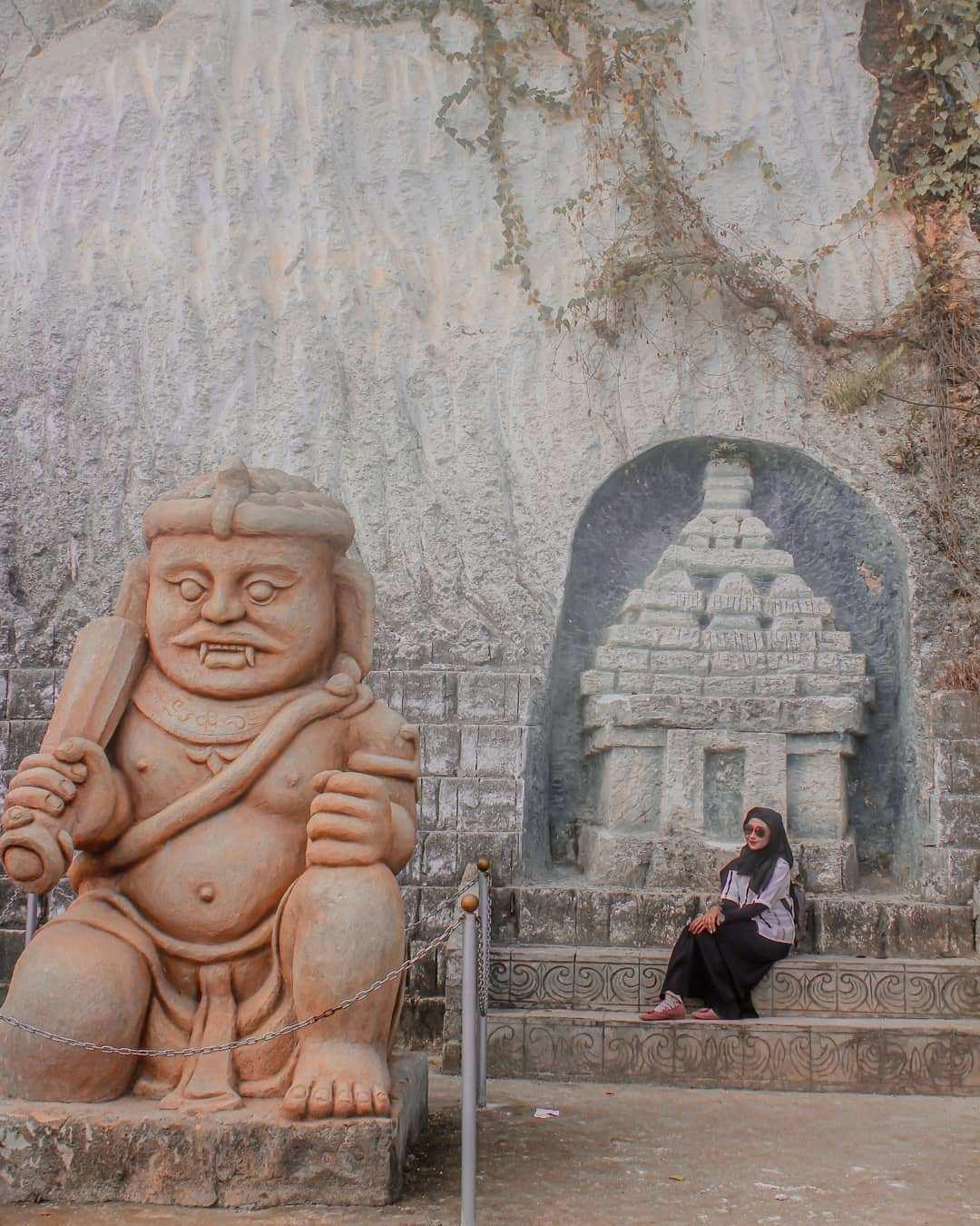 Berfoto di Patung dan Ukiran Yang ada di Wisata Setigi Gresik Image From @titantok