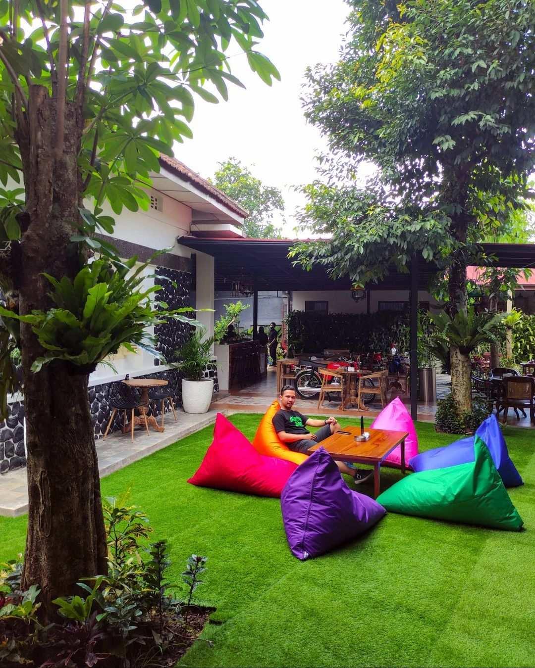 Bersantai di Bagian Outdoor di Cafe Kalaras Heritage Bogor Image From @enjoybogor